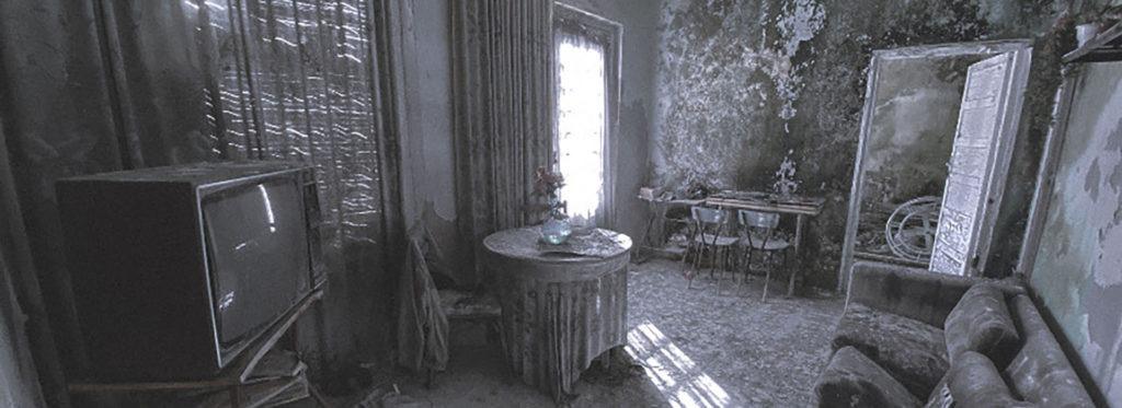 Salón con la televisión de una casa abandonada
